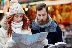 Ajouter heureux au guide de carte et de ville dans la vieille ville Photos libres de droits