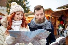 Ajouter heureux au guide de carte et de ville dans la vieille ville Photo libre de droits
