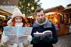 Ajouter heureux au guide de carte et de ville dans la vieille ville Images stock