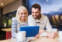 Ajouter heureux au PC et au café de comprimé au café Photo stock