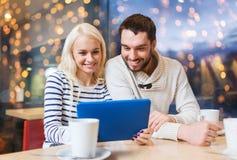 Ajouter heureux au PC et au café de comprimé au café Photos stock
