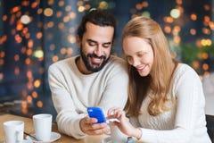 Ajouter heureux au PC et au café de comprimé au café Images stock