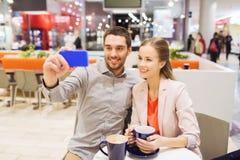 Ajouter heureux au smartphone prenant le selfie dans le mail Photographie stock