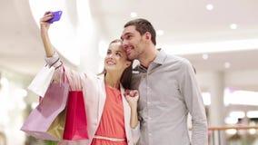 Ajouter heureux au smartphone prenant le selfie dans le mail banque de vidéos