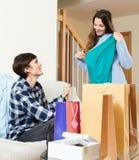 Ajouter heureux aux achats Photo stock