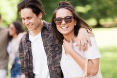 Ajouter heureux aux amis au parc d'été Photographie stock libre de droits