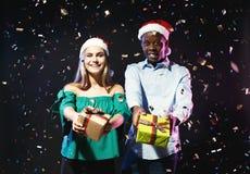 Ajouter heureux aux boîte-cadeau à la fête de Noël dans la boîte de nuit Photos libres de droits