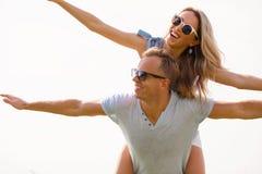 Ajouter heureux aux bras larges volant en air Photos stock