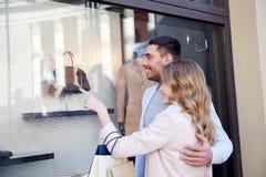 Ajouter heureux aux paniers à la fenêtre de boutique Photos libres de droits