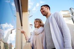 Ajouter heureux aux paniers à la fenêtre de boutique Images stock