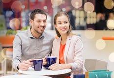 Ajouter heureux aux paniers buvant du café Photo libre de droits