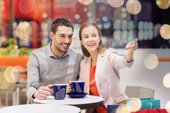 Ajouter heureux aux paniers buvant du café Photo stock