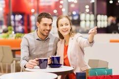 Ajouter heureux aux paniers buvant du café Image stock