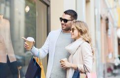 Ajouter heureux aux paniers et au café dans la ville Photo stock