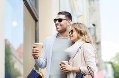 Ajouter heureux aux paniers et au café dans la ville Image stock