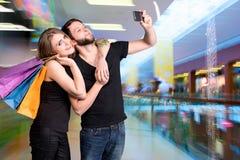 Ajouter heureux aux paniers prenant le selfie Images libres de droits