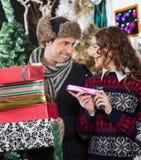 Ajouter heureux aux présents dans le magasin de Noël Images libres de droits