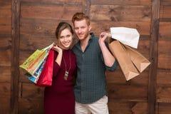 Ajouter heureux aux sacs à provisions Photo stock