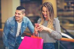 Ajouter heureux aux sacs à provisions Image libre de droits
