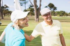 Ajouter heureux de golfeur au drapeau blanc Photographie stock