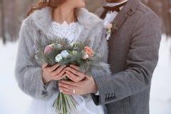 Ajouter heureux de mariage au bouquet dehors le jour d'hiver Photo stock