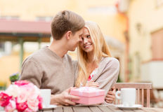 Ajouter heureux romantiques au cadeau dans le café Photographie stock