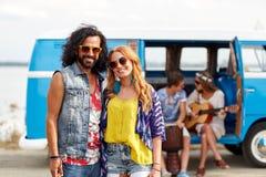 Ajouter hippies de sourire aux amis au-dessus du monospace Images libres de droits
