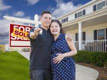 Ajouter hispaniques aux clés devant la maison et le signe Photographie stock libre de droits