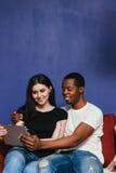Ajouter internationaux de sourire au comprimé à la maison photos libres de droits