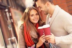 Ajouter joyeux aux achats de café dans le mail Photographie stock