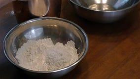 Ajouter la farine dans une cuvette banque de vidéos