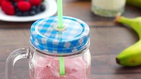 Ajouter la paille à boire à la baie tout préparée et au lait de poule banque de vidéos