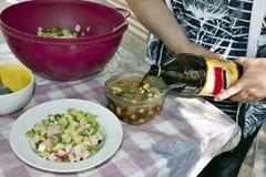 Ajouter le kvas à l'okroshka Photo stock