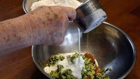 Ajouter le lait de beurre à une cuvette banque de vidéos