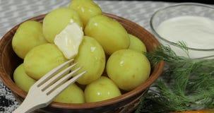 Ajouter le morceau de beurre ? la nouvelle pomme vapeur d?licieuse du plat sur la table clips vidéos