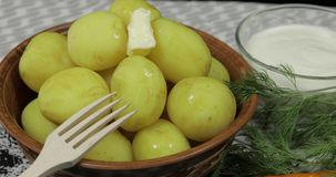 Ajouter le morceau de beurre ? la nouvelle pomme vapeur d?licieuse du plat sur la table banque de vidéos