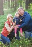 Ajouter mûrs à la petite-fille Concept de la famille Photographie stock libre de droits