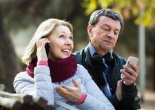 Ajouter mûrs aux smartphones dehors Photo stock