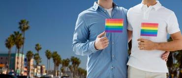 Ajouter masculins aux drapeaux de fierté gaie à Los Angeles Images libres de droits