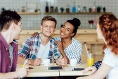 Ajouter multi-ethniques aux amis en café Photo libre de droits