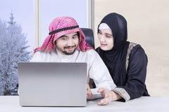 Ajouter musulmans heureux à l'ordinateur portable Photo libre de droits
