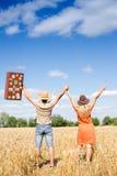 Ajouter passionnants heureux aux mains en hausse de mallette Image stock