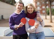Ajouter pluss âgé aux raquettes pour le ping-pong Image libre de droits