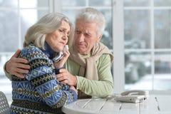 Ajouter pluss âgé en difficulté au téléphone photographie stock libre de droits