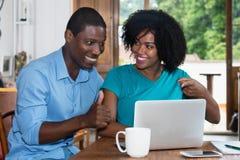 Ajouter réussis d'amour d'afro-américain à l'ordinateur portable Photo stock