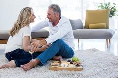 Ajouter romantiques au vin blanc et à la nourriture tout en se reposant sur la couverture Photo libre de droits