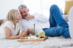 Ajouter romantiques au vin blanc et à la nourriture tout en se trouvant sur la couverture Image stock