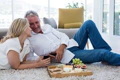 Ajouter romantiques au vin rouge et à la nourriture tout en se trouvant sur la couverture Images libres de droits