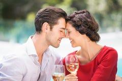 Ajouter romantiques aux yeux fermés tout en tenant le vin blanc Images stock