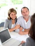 Ajouter supérieurs à l'agent immobilier achetant la nouvelle propriété Photos libres de droits